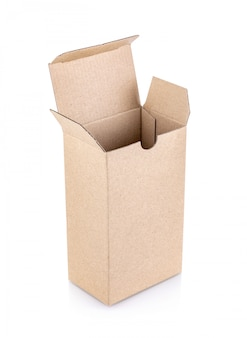 Caixa de papel kraft isolada no branco
