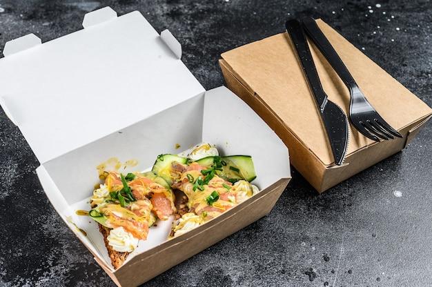 Caixa de papel para entrega de comida no café da manhã com sanduíche