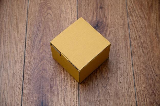 Caixa de papelão aberta caixa vazia na superfície de madeira