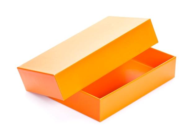 Caixa de papelão aberta laranja mock-se isolado no branco, modelo de design