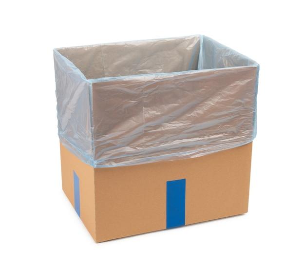 Caixa de papelão aberta para armazenamento de mercadorias e pacotes pelo correio com um saco plástico dentro