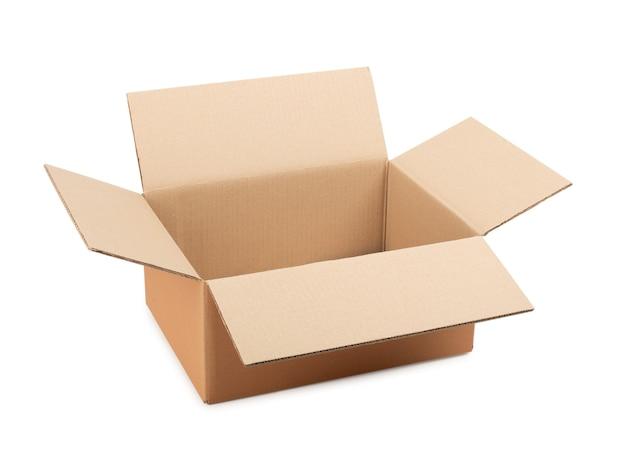 Caixa de papelão aberta para armazenamento de mercadorias e pacotes pelo correio em uma superfície branca isolada
