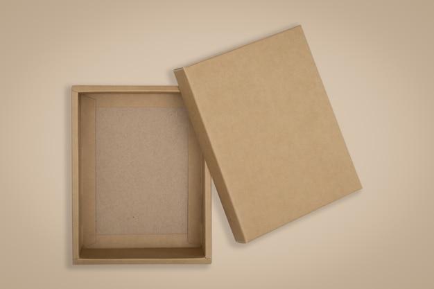 Caixa de papelão aberta sobre um fundo marrom