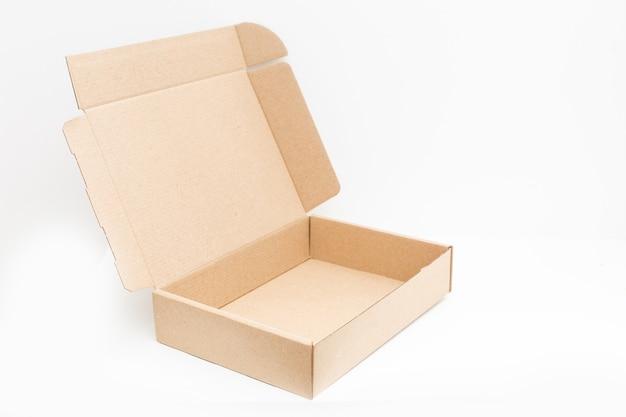 Caixa de papelão aberta vazia na superfície com espaço vazio