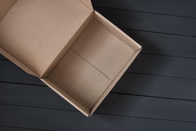 Caixa de papelão aberta vazia