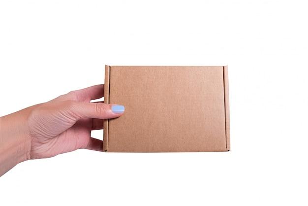 Caixa de papelão artesanal marrom na mão da mulher, isola