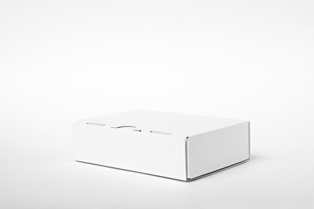 Caixa de papelão branca em fundo branco