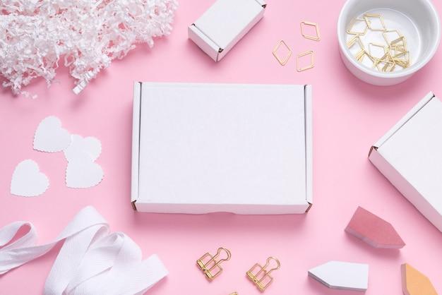 Caixa de papelão branca na mesa colorida