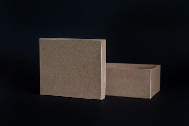 Caixa de papelão com a tampa aberta para o lado, isolada