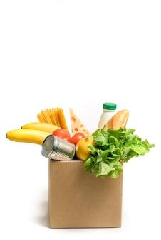 Caixa de papelão com comida isolada na superfície branca.