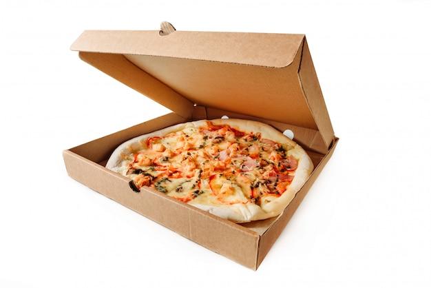 Caixa de papelão com pizza isolada em um fundo branco.