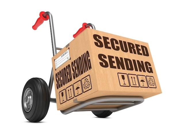 Caixa de papelão com slogan de envio seguro por lado, caminhão isolado no branco.
