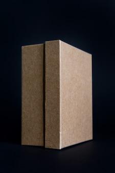 Caixa de papelão com tampa fechada isolada no preto