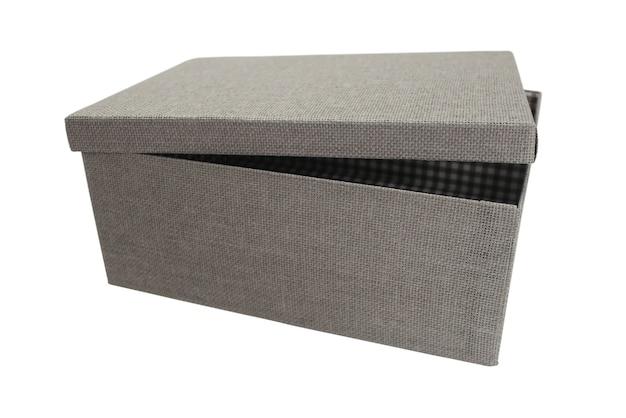 Caixa de papelão com tampa ligeiramente aberta isolada no branco