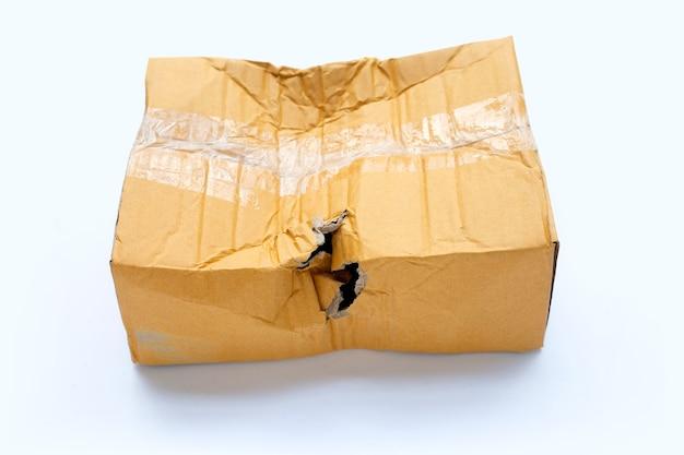 Caixa de papelão danificada com furo