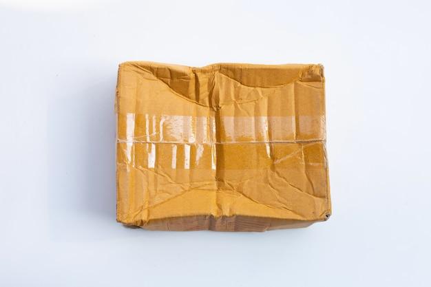Caixa de papelão danificada isolada