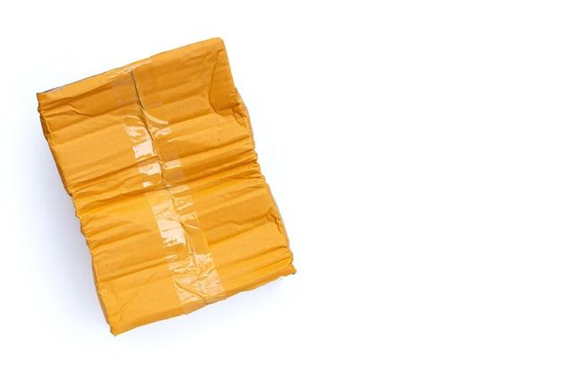 Caixa de papelão danificada na superfície branca