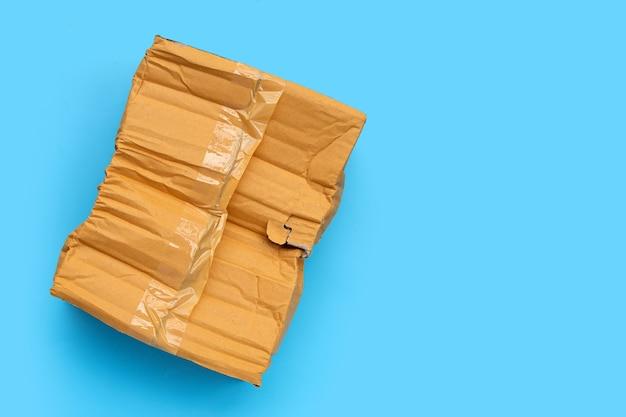Caixa de papelão danificada