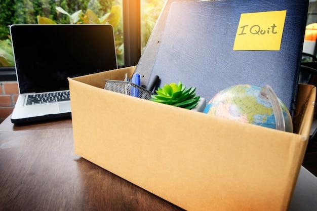 Caixa de papelão de escritório. empregado demitido do cargo, conceito de demissão