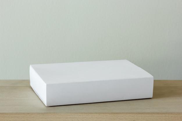 Caixa de papelão em branco branco pacote na mesa de madeira