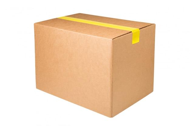 Caixa de papelão em branco com fita adesiva amarela isolada no espaço em branco.