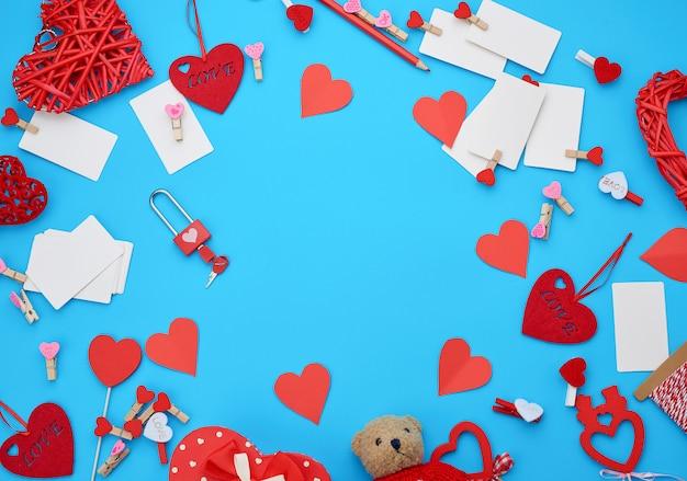 Caixa de papelão em forma de coração, pequeno urso de pelúcia, cartões de visita em branco brancos