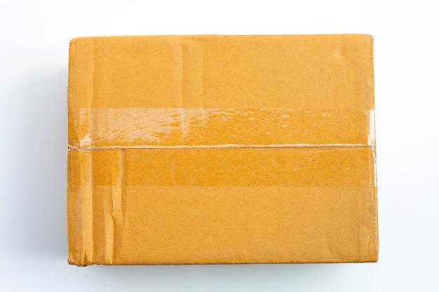 Caixa de papelão em fundo branco. vista do topo