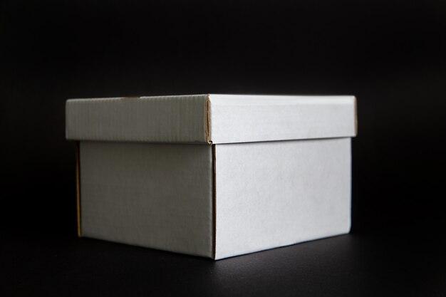 Caixa de papelão em um espaço preto. layout para design de marca