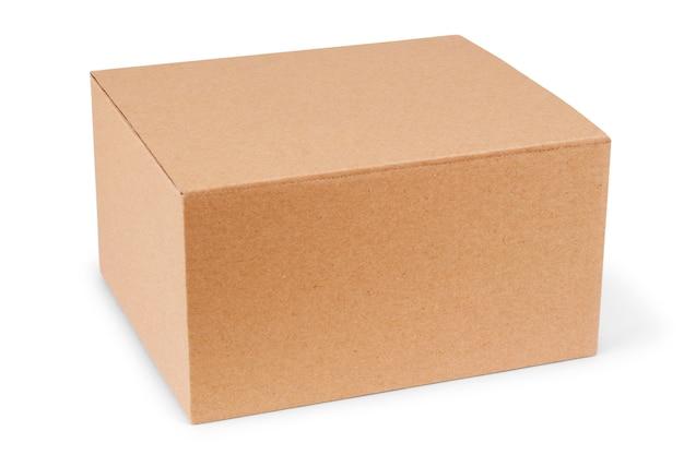 Caixa de papelão fechada com fita adesiva e isolada em um fundo branco.