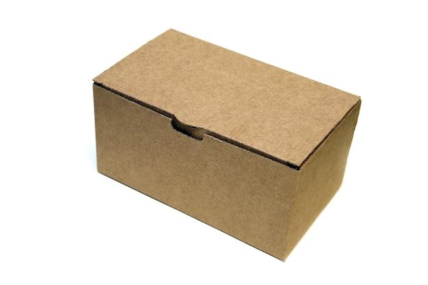 Caixa de papelão fechada isolada no branco