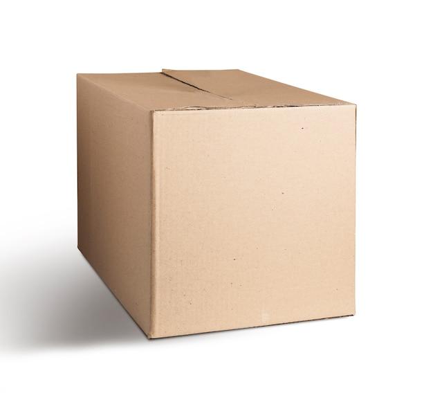 Caixa de papelão fechada. para transportar itens. isolado em fundo branco