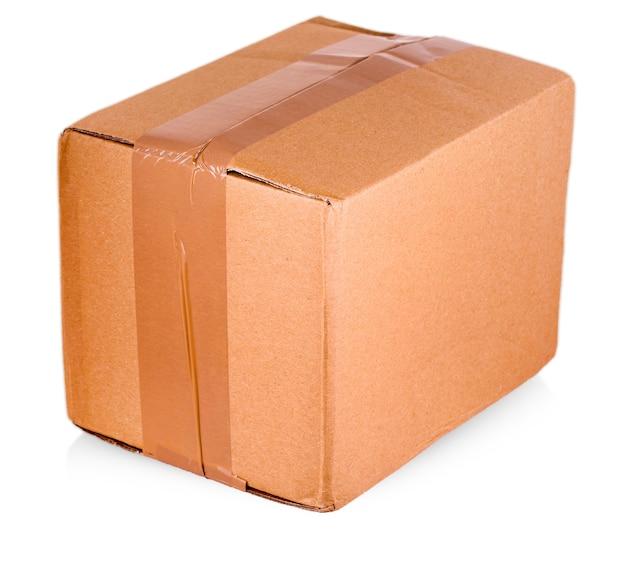 Caixa de papelão isolada em um fundo branco com traçado de recorte.