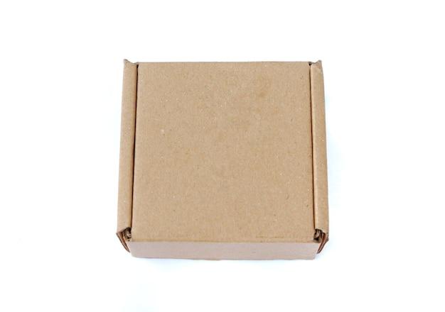 Caixa de papelão isolada em um fundo branco
