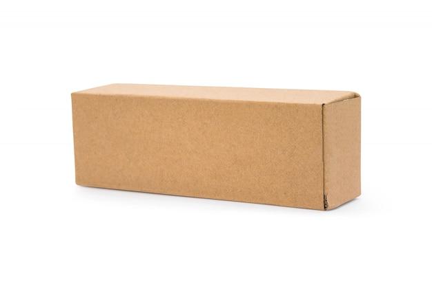 Caixa de papelão isolada no fundo branco. modelo de caixa longa para seu projeto.