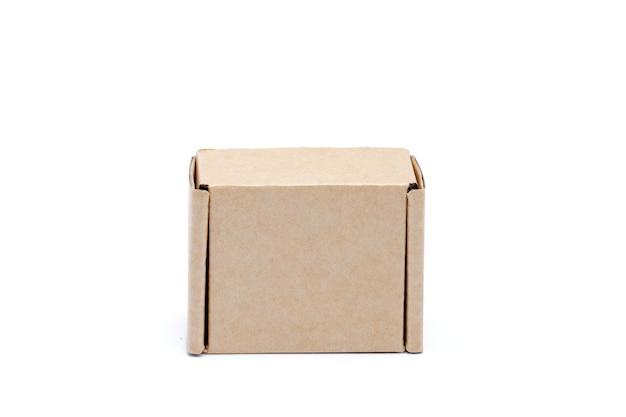 Caixa de papelão isolada no fundo branco.