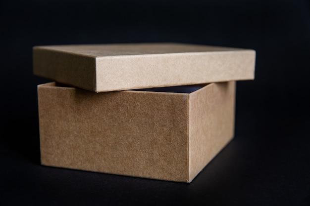 Caixa de papelão kraft com tampa aberta