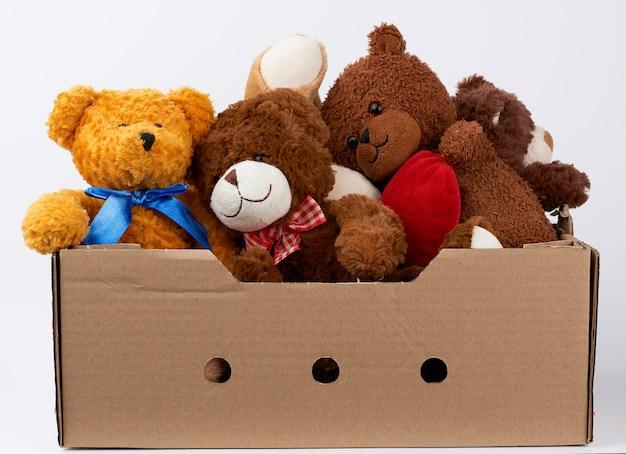 Caixa de papelão marrom com vários ursinhos de pelúcia