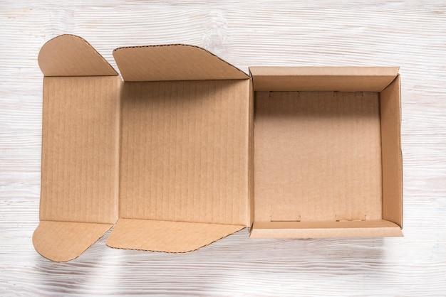 Caixa de papelão marrom, mock up, sobre fundo de madeira
