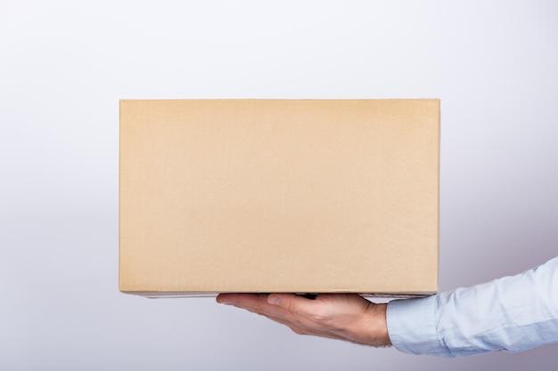 Caixa de papelão nas mãos masculinas