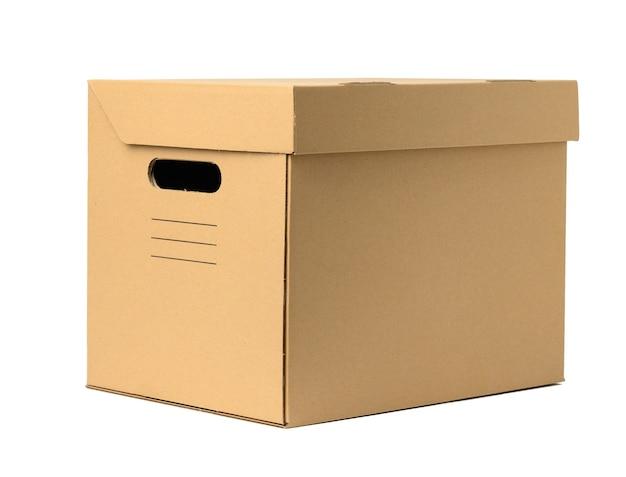 Caixa de papelão ondulado marrom com tampa para documentos em fundo branco. container para movimentação