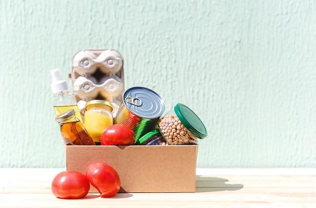 Caixa de papelão para doação com óleo, suco, alimentos enlatados, vegetais e frutas cítricas, ovos