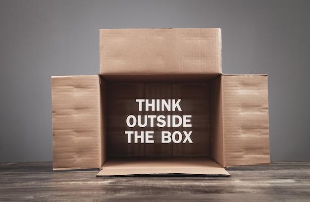 Caixa de papelão. pense fora da caixa