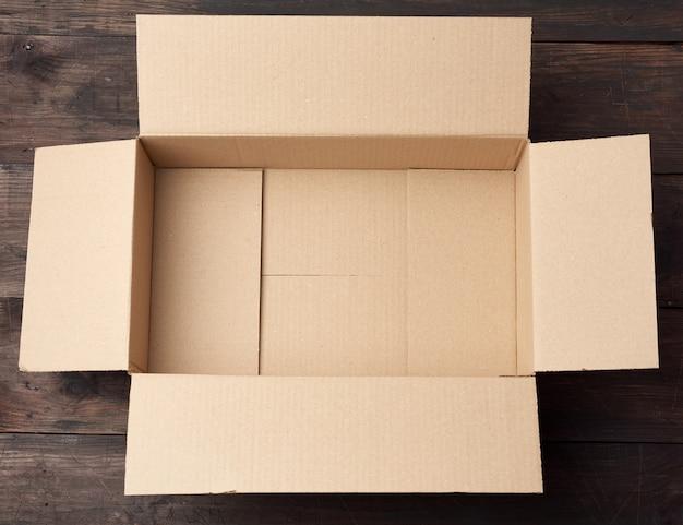 Caixa de papelão quadrada marrom aberta para transporte de mercadorias