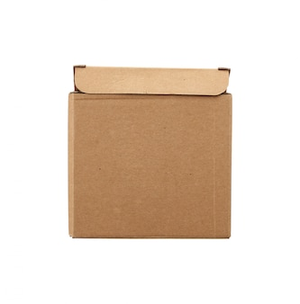 Caixa de papelão quadrada marrom para transporte de mercadorias isoladas