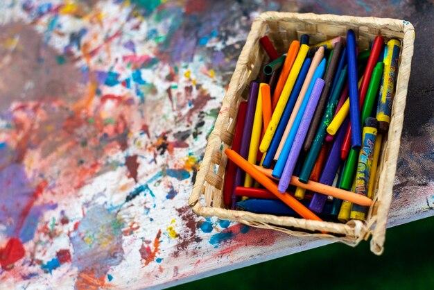 Caixa de pinturas e marcadores infantis.