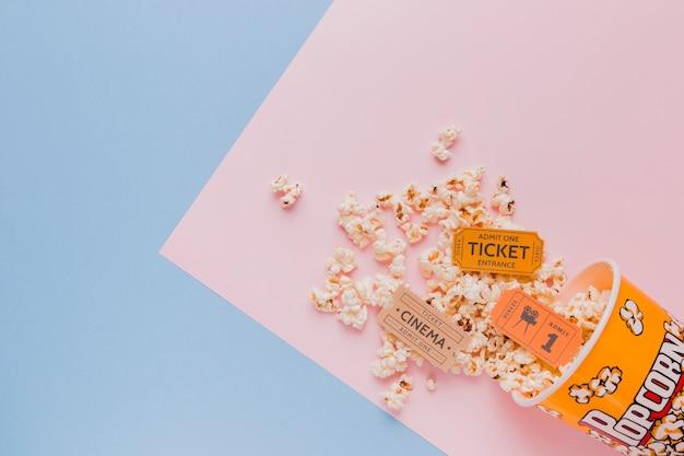 Caixa de pipoca com bilhetes de cinema