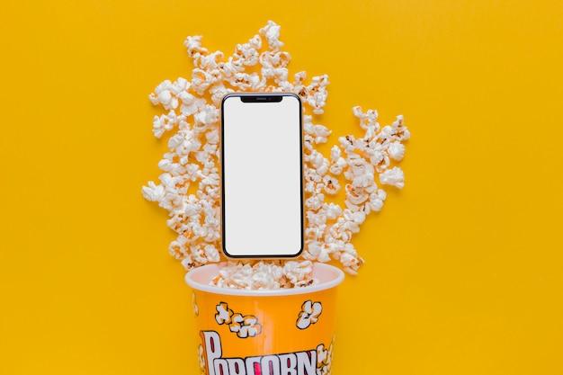 Caixa de pipoca com telefone celular