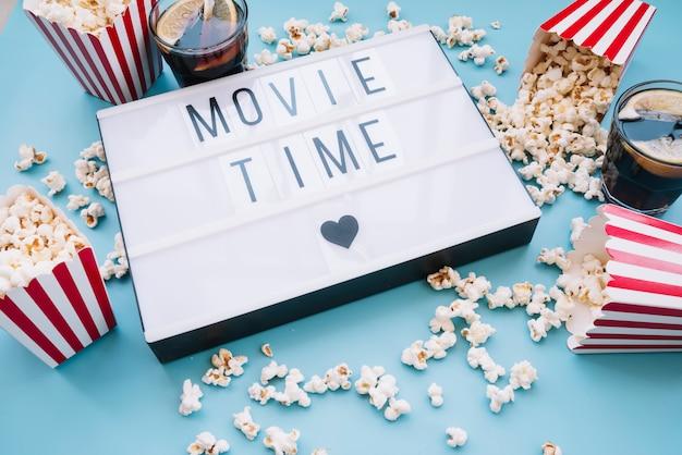 Caixa de pipoca com um sinal de cinema