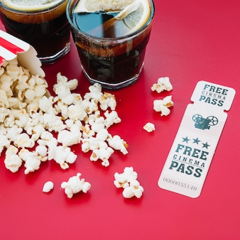 Caixa de pipoca de cinema com um ingresso
