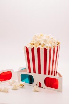 Caixa de pipoca de cinema com um óculos 3d